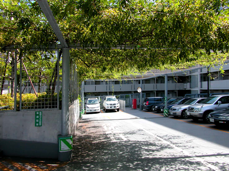 緑の風景をつくる立体駐車場: ユミラ建築設計室が手掛けた壁です。