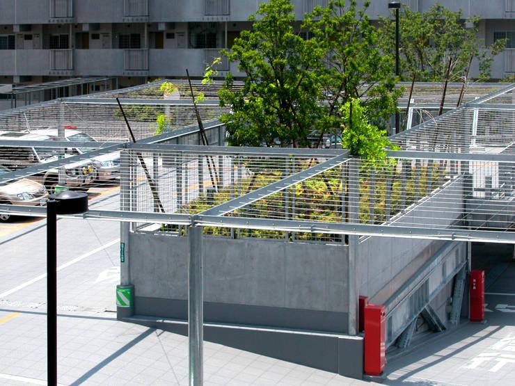 緑の風景をつくる立体駐車場: ユミラ建築設計室が手掛けた家です。