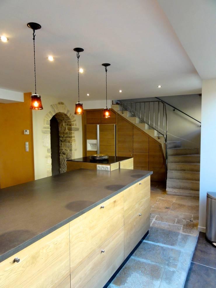 Au coeur des vignes: Maisons de style  par Agence d'architecture intérieure Laurence Faure