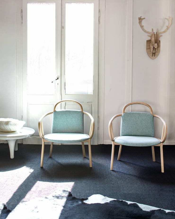 Zantilam by Patricia Urquiola: Soggiorno in stile  di very wood