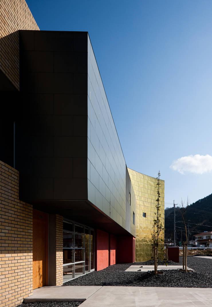 Entrance of the clinic: 北脇一郎建築設計事務所/Ichiro Kitawaki architectsが手掛けたです。,