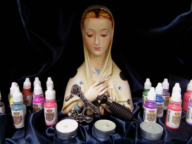 Madonna dell'inchiostro protettrice dei tatuatori: Negozi & Locali Commerciali in stile  di Felice Luca Cardone Architetto