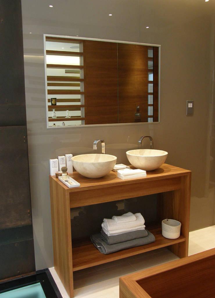 Kensington Mews Bathroom:  Bathroom by William Garvey Ltd