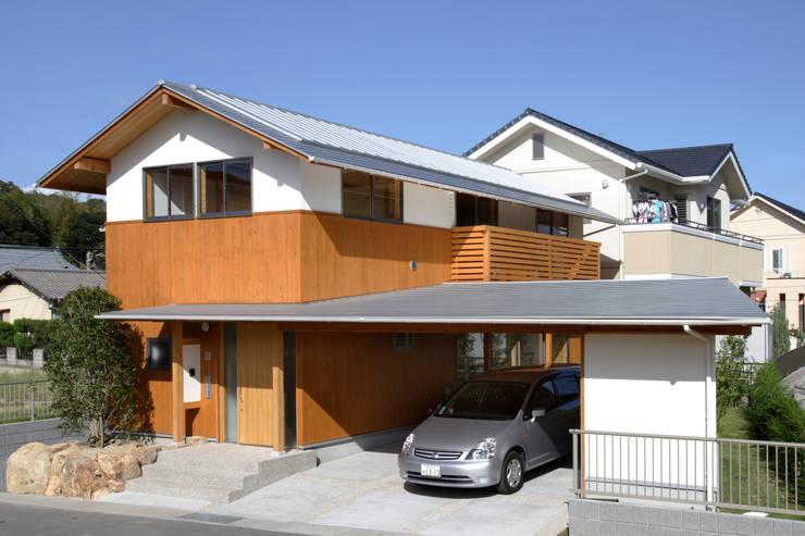 道路側外観: 三宅和彦/ミヤケ設計事務所が手掛けたガレージです。,