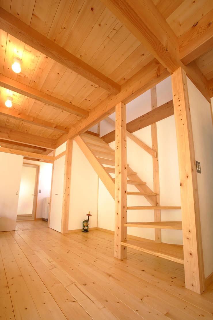 ストリップ階段: 三宅和彦/ミヤケ設計事務所が手掛けた廊下 & 玄関です。,
