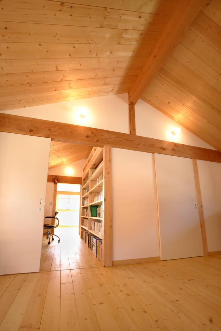 書斎コーナー: 三宅和彦/ミヤケ設計事務所が手掛けた子供部屋です。,