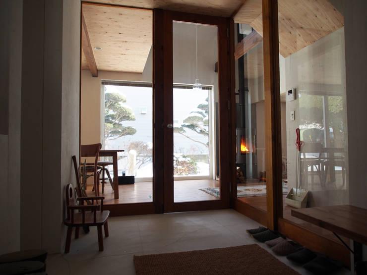Pasillos y vestíbulos de estilo  por 神子島肇建築設計事務所, Moderno