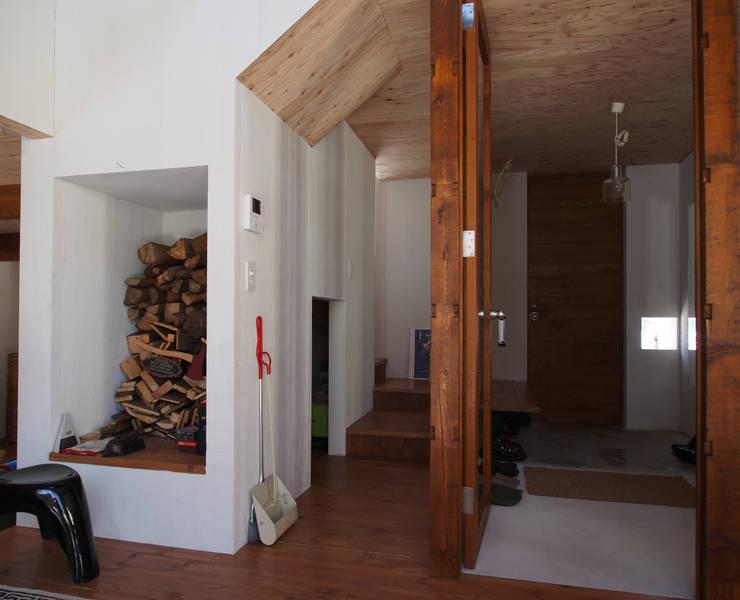 Modern living room by 神子島肇建築設計事務所 Modern