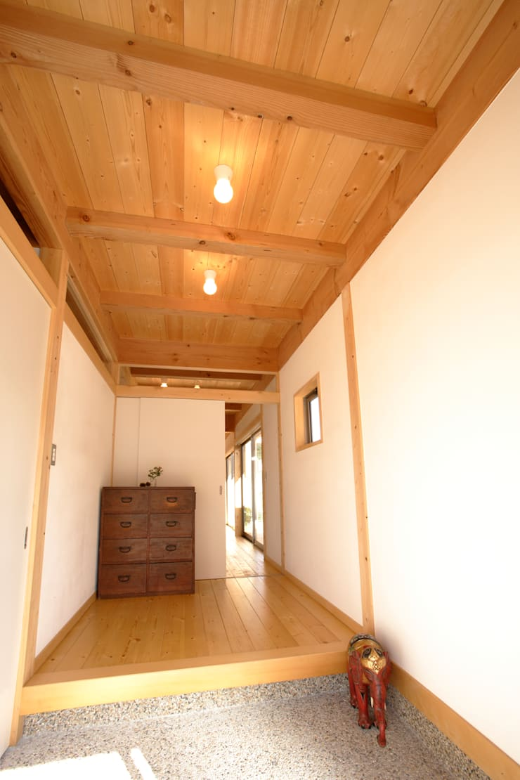 玄関: 三宅和彦/ミヤケ設計事務所が手掛けた廊下 & 玄関です。,