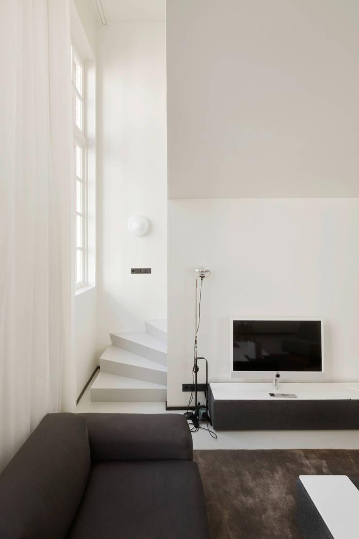 现代客厅設計點子、靈感 & 圖片 根據 Wiel Arets Architects 現代風