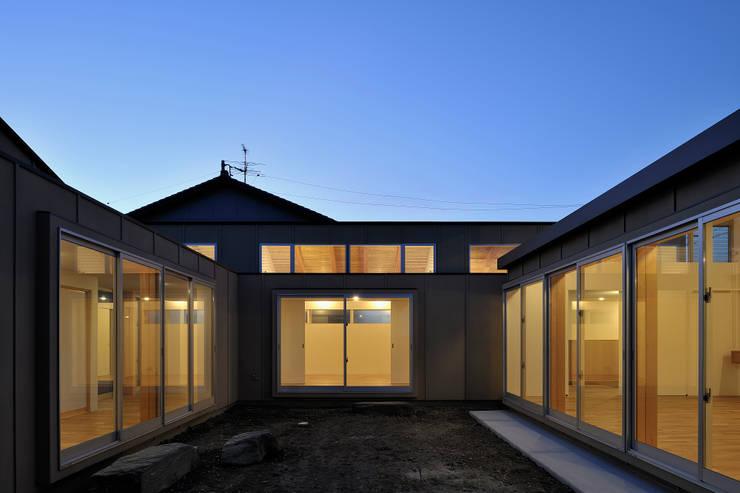 稲沢の家: 彦坂昌宏建築設計事務所が手掛けた庭です。,モダン