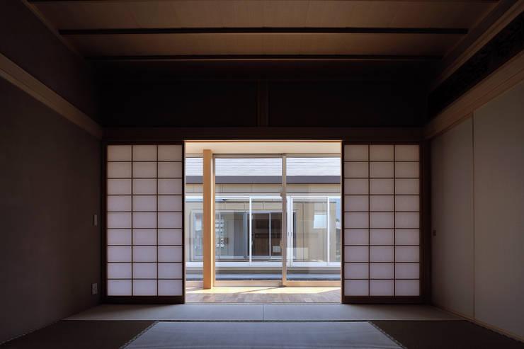 稲沢の家: 彦坂昌宏建築設計事務所が手掛けた寝室です。