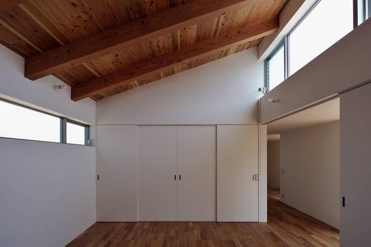 稲沢の家: 彦坂昌宏建築設計事務所が手掛けた寝室です。,モダン