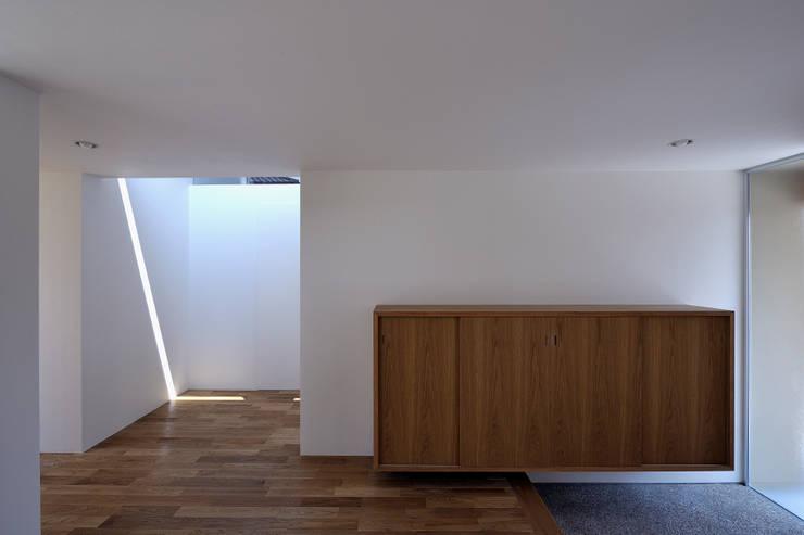 稲沢の家: 彦坂昌宏建築設計事務所が手掛けた廊下 & 玄関です。