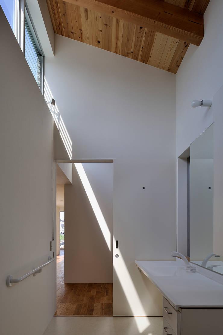 稲沢の家: 彦坂昌宏建築設計事務所が手掛けた廊下 & 玄関です。,モダン