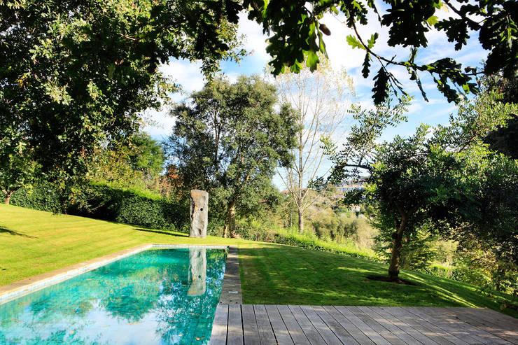 Casa en Mungia: Piscinas de estilo moderno de Hoz Fontan Arquitectos