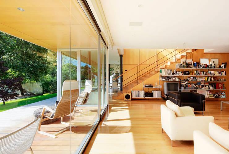 Casa en Mungia: Salones de estilo  de Hoz Fontan Arquitectos
