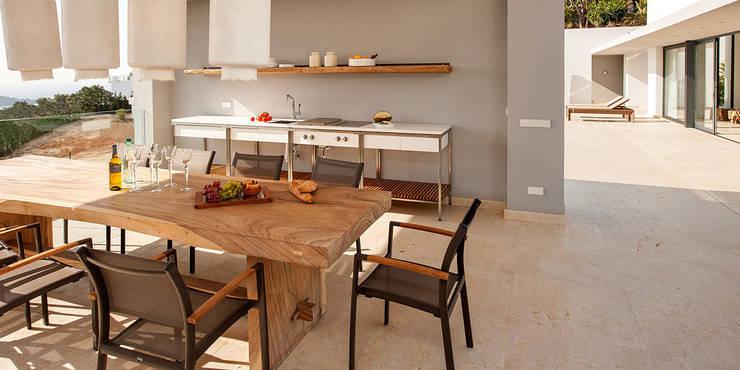 Villa Montesol, Ibiza:  Esszimmer von STUDIO JAN WICHERS