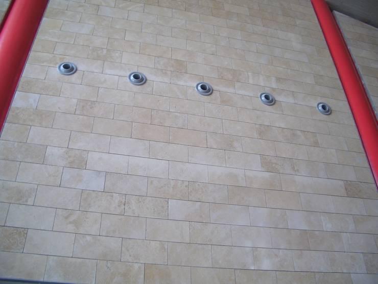 Rivestimento Interno in Carparo Fiorato - Facciata Ventilata: Centri commerciali in stile  di PIMAR, Eclettico