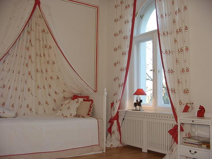 Gasrdinen Betthimmel Tagesdecke und Kissen:  Kinderzimmer von WR GmbH Werkstätten für Raumgestaltung