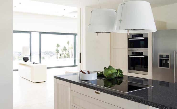 Villa Montesol, Ibiza:  Küche von STUDIO JAN WICHERS