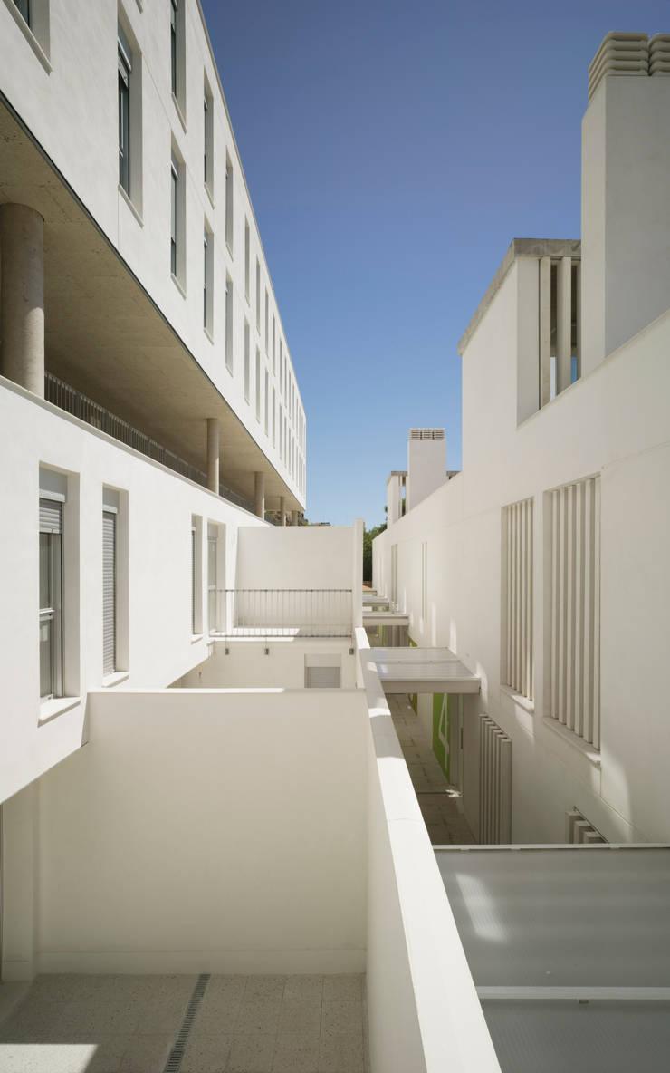 Juego de llenos y vacíos: Casas de estilo  de Espegel-Fisac architects