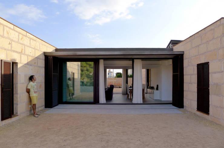 CASA ES CARNATGE: Casas de estilo moderno de Miel Arquitectos