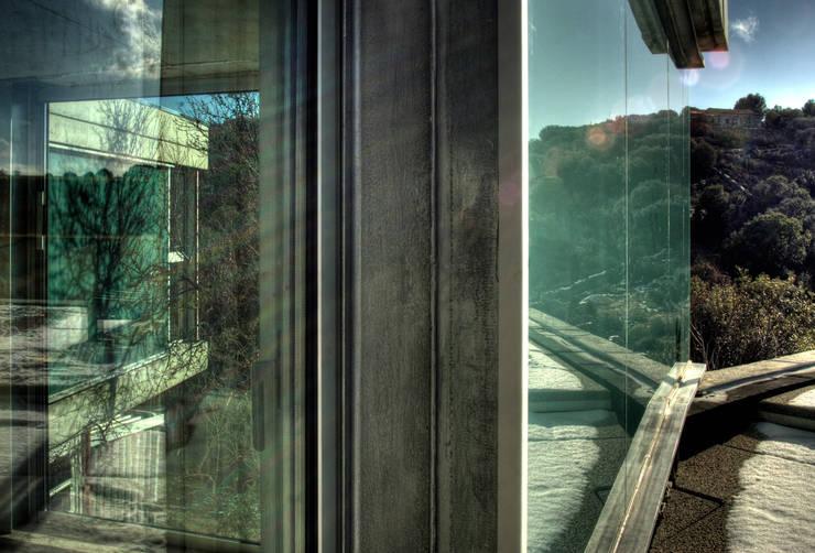 Reflejo de la naturaleza: Casas de estilo moderno de Espegel-Fisac architects