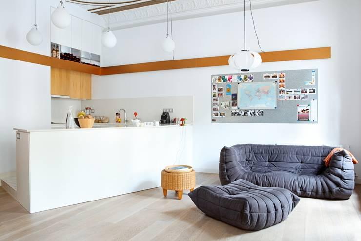 PISO SANTPERE47: Salones de estilo moderno de Miel Arquitectos