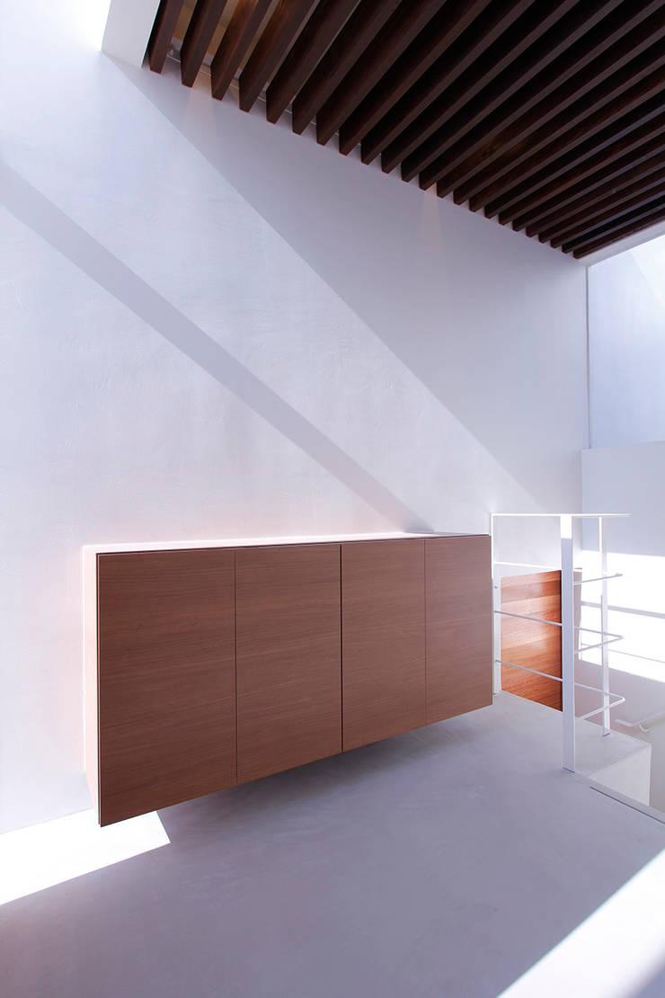 エントランスホール: InOUT architects/インアウトアーキテクツが手掛けた廊下 & 玄関です。