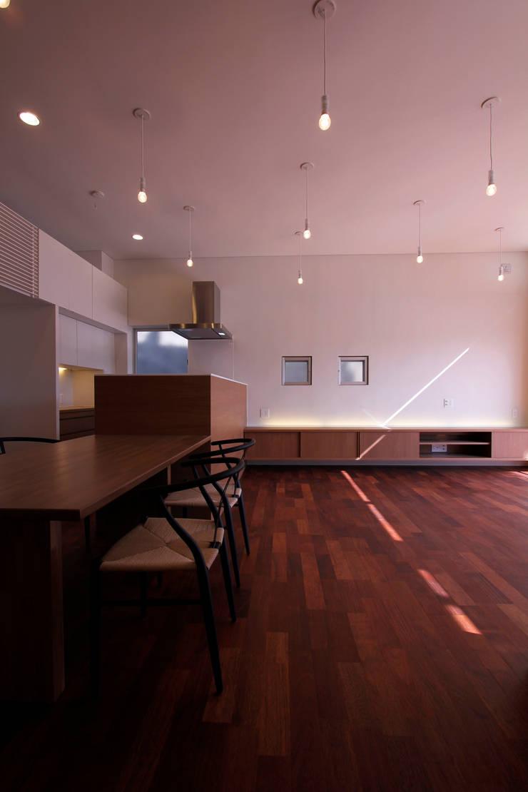 リビング2: InOUT architects/インアウトアーキテクツが手掛けたリビングです。
