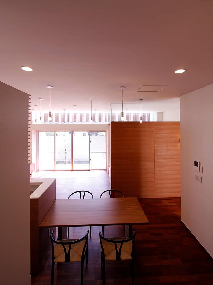 リビング3: InOUT architects/インアウトアーキテクツが手掛けたリビングです。