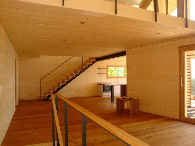 Villa bois – Arzier: Maisons de style  par Mueller Concept