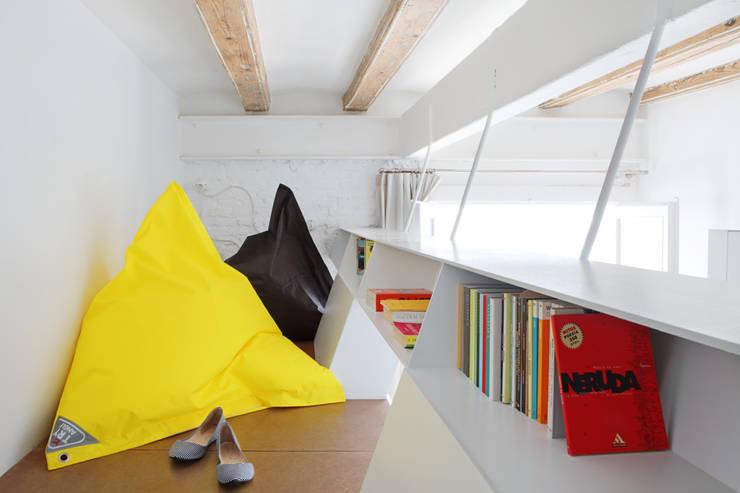 PISO SALVA46: Salones de estilo  de Miel Arquitectos