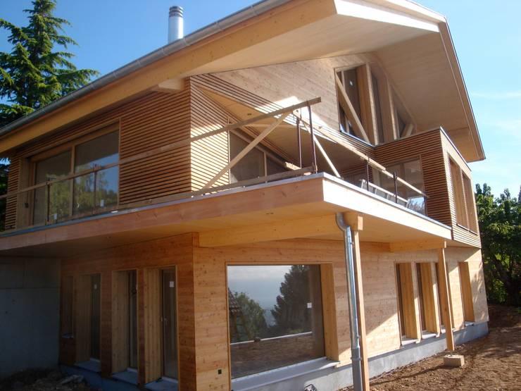 Villa bois - Arzier: Maisons de style  par Mueller Concept