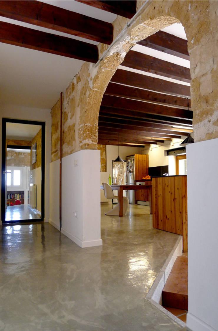CASA CAN FOGARADA: Pasillos y vestíbulos de estilo  de Miel Arquitectos