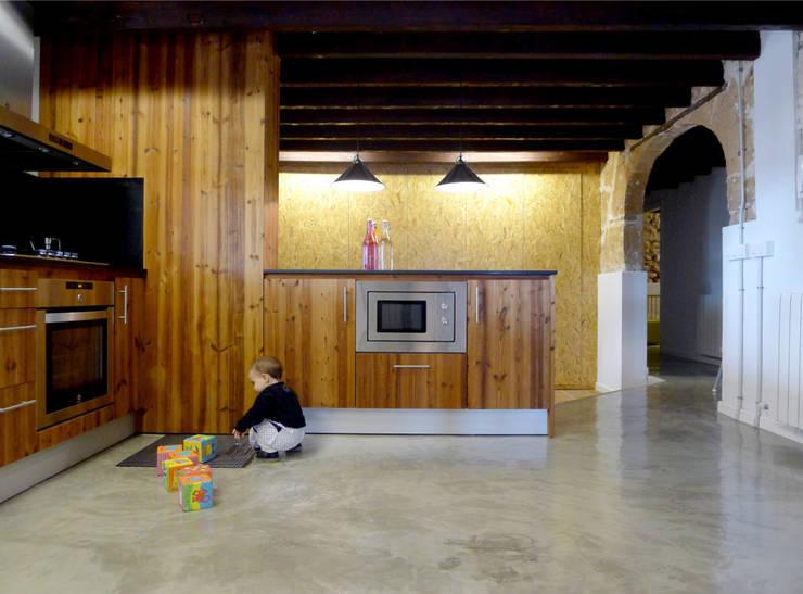CASA CAN FOGARADA: Cocinas de estilo rural de Miel Arquitectos