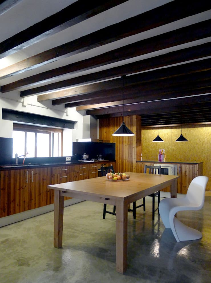 CASA CAN FOGARADA: Comedores de estilo rural de Miel Arquitectos