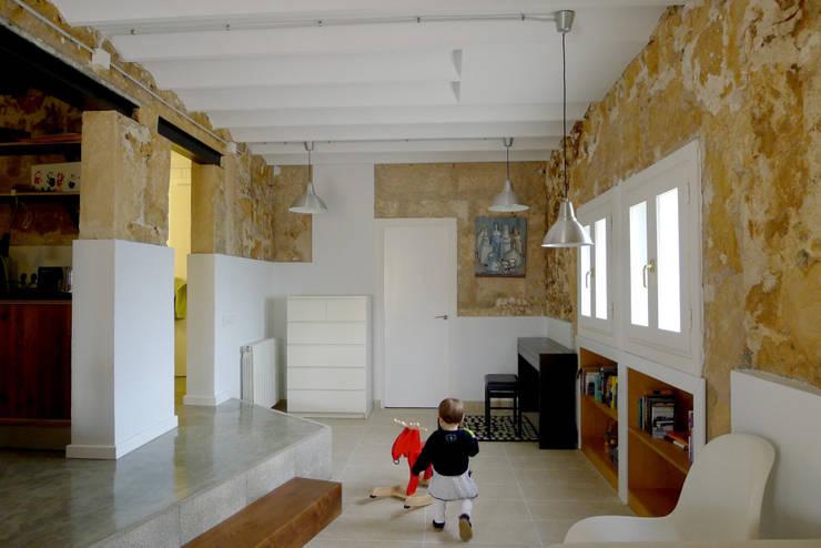 CASA CAN FOGARADA: Salones de estilo rural de Miel Arquitectos