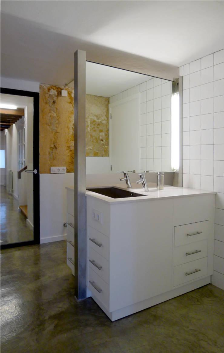 CASA CAN FOGARADA: Baños de estilo  de Miel Arquitectos