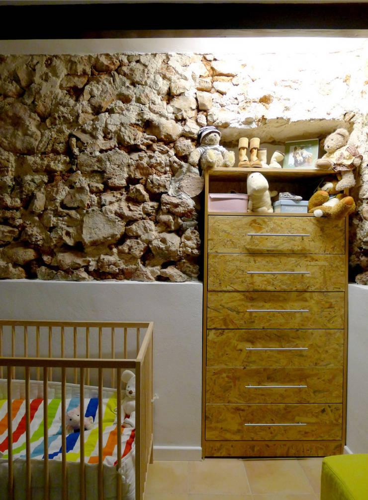 CASA CAN FOGARADA: Dormitorios infantiles de estilo rural de Miel Arquitectos