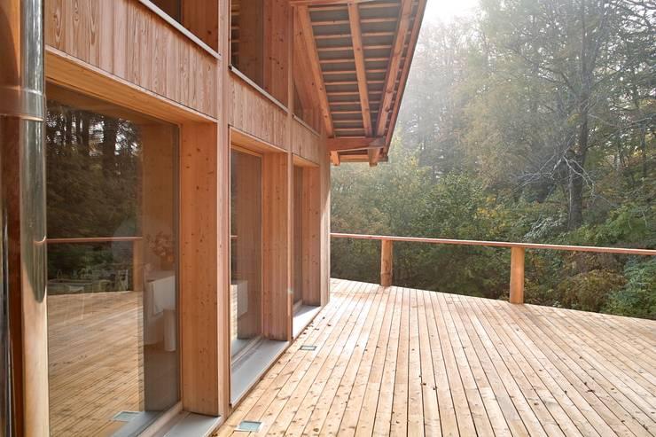 Villa Nature - Jura Suisse: Maisons de style  par Mueller Concept