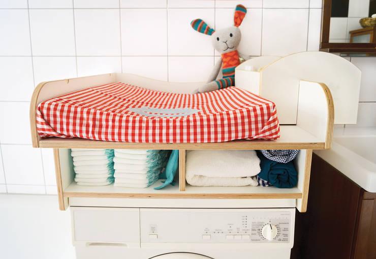 Viel Stauraum unterhalb der eigentlichen Wickelfläche.: skandinavische Badezimmer von WICKWAM