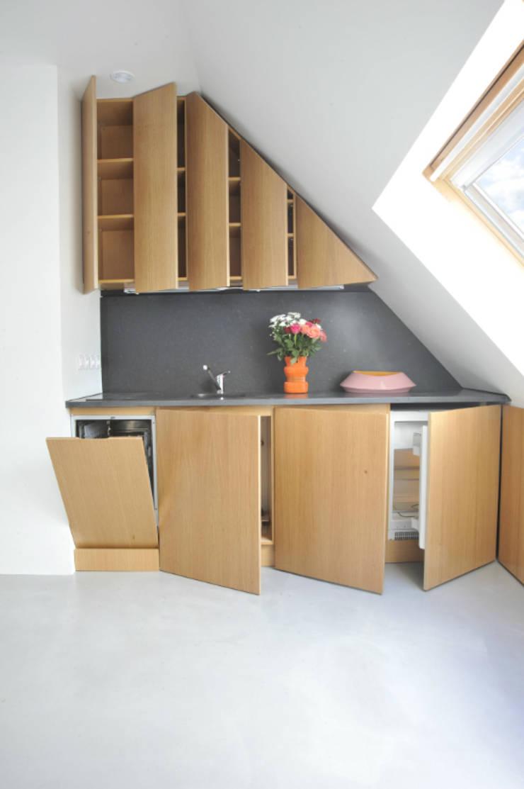 sous les toits: Maisons de style  par goodnova godiniaux