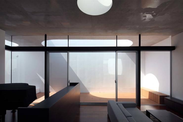 Tender concrete: 半谷彰英建築設計事務所/Akihide Hanya Architect & Associatesが手掛けた窓です。