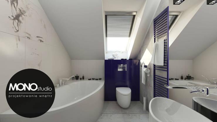 Kontrastowa kolorystyka w nowoczesnym zestawieniu bieli z niebieskim w łazience na poddaszu: styl , w kategorii Łazienka zaprojektowany przez MONOstudio,