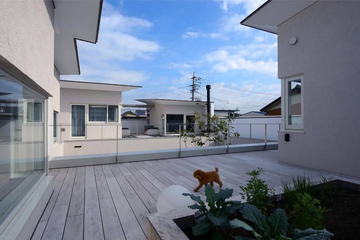 凹 [ou]: 半谷彰英建築設計事務所/Akihide Hanya Architect & Associatesが手掛けたテラス・ベランダです。