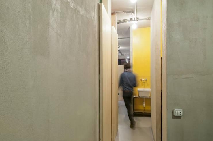 corridoio distribuzione locali tecnici: Negozi & Locali commerciali in stile  di Andrea Stortoni Architetto, Industrial