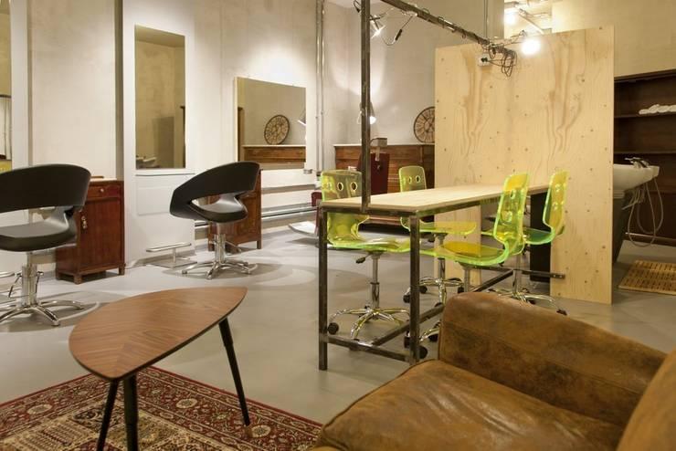 zona attesa: Negozi & Locali commerciali in stile  di Andrea Stortoni Architetto, Industrial