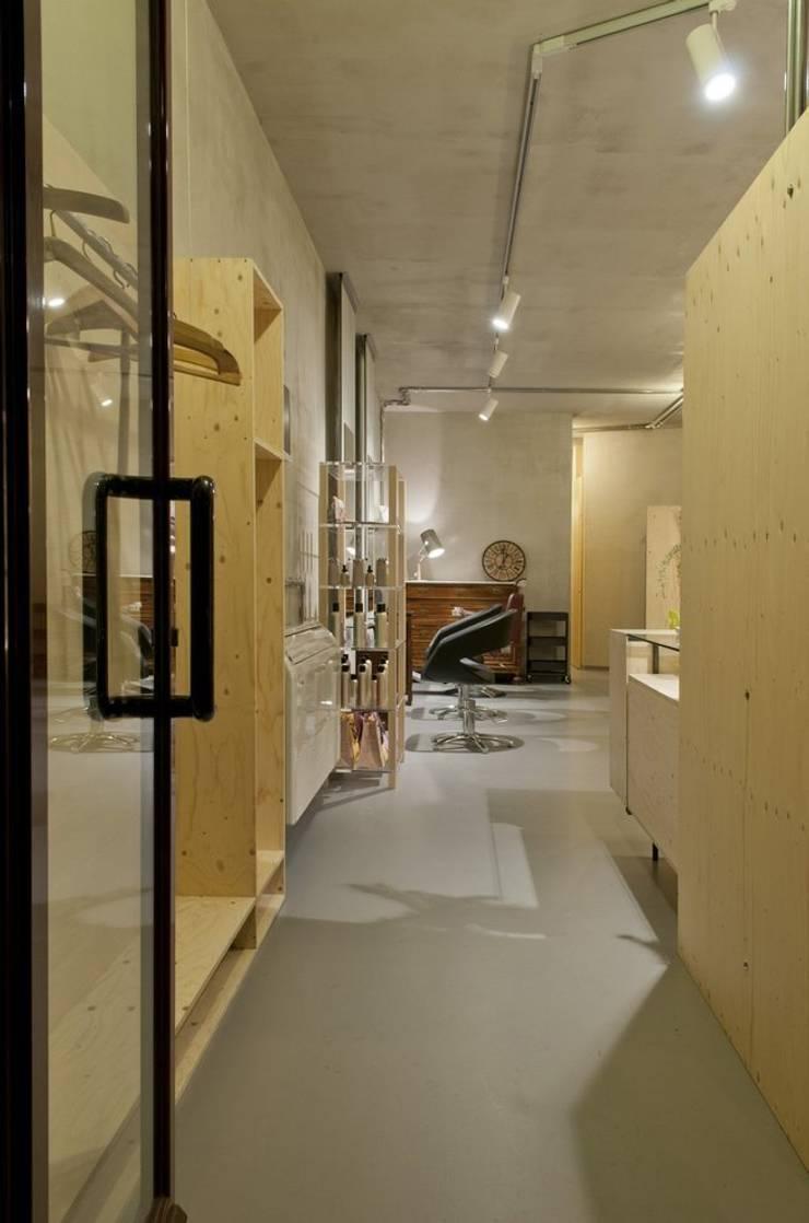 ingresso: Negozi & Locali commerciali in stile  di Andrea Stortoni Architetto, Industrial